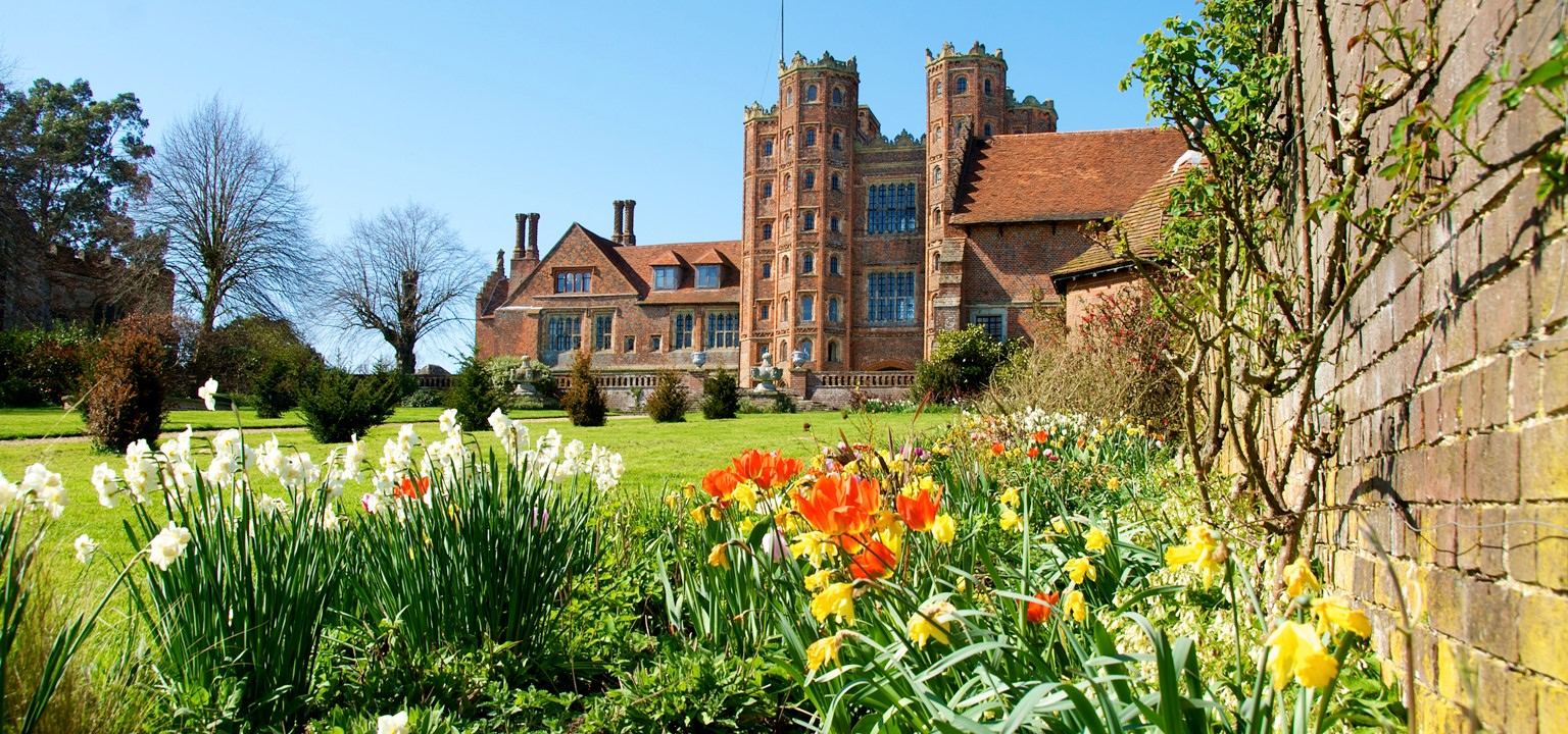 Spring garden, historic house, wedding photography